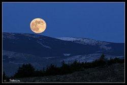 Levée de lune sur le causse Méjean - Copyright - Vincent Salabura